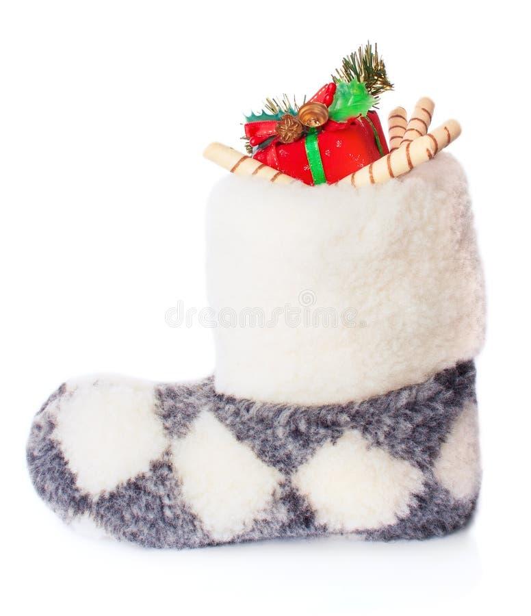 Θερμή χειμερινή μπότα με τις καραμέλες και τα δώρα Χριστουγέννων στοκ φωτογραφίες με δικαίωμα ελεύθερης χρήσης