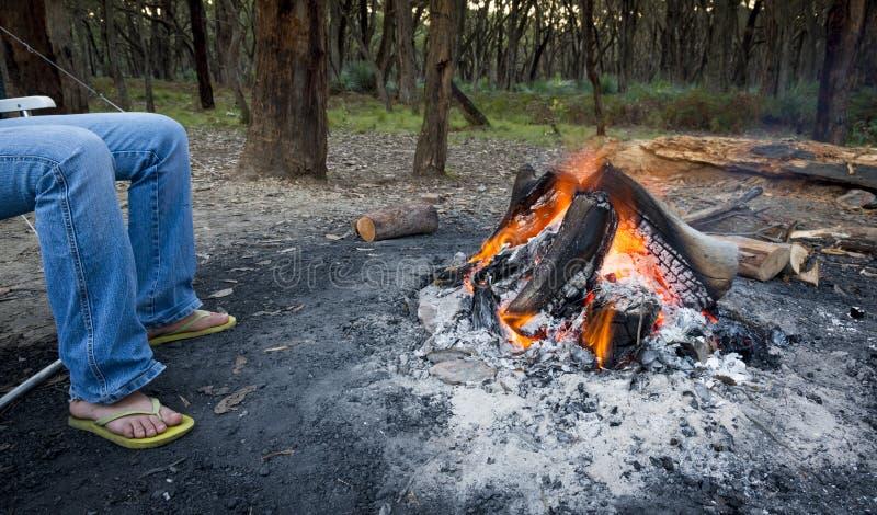 Θερμαίνοντας πόδια από την πυρά προσκόπων στοκ φωτογραφίες