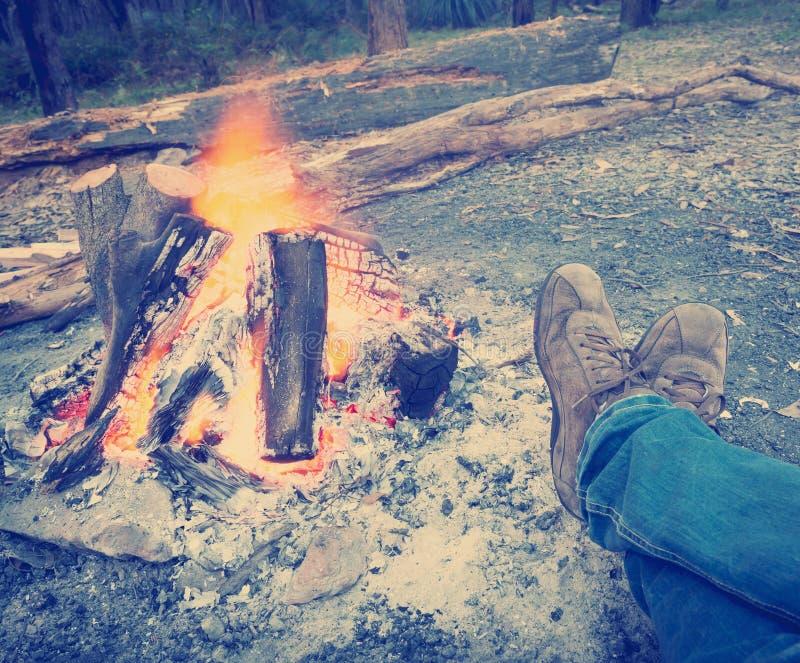 Θερμαίνοντας πόδια από το ύφος Instagram πυρών προσκόπων στοκ εικόνες