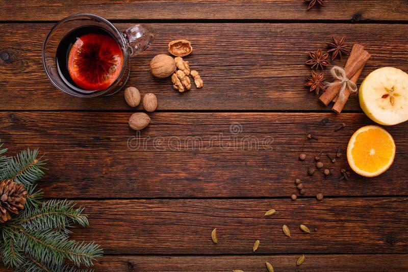 Θερμαμένα κρασί, διάτρηση και καρυκεύματα για το glintwine στην εκλεκτής ποιότητας ξύλινη τοπ άποψη επιτραπέζιου υποβάθρου στοκ φωτογραφίες