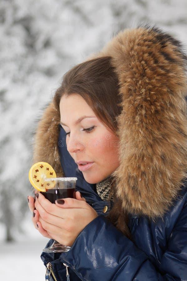 θερμαμένο κορίτσι κρασί π&omicr στοκ εικόνες