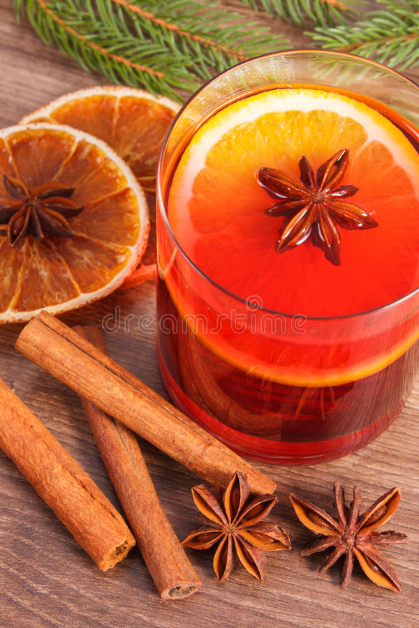 Download Θερμαμένο κρασί για το βράδυ Χριστουγέννων ή χειμώνα με τα καρυκεύματα και τους κομψούς κλάδους Στοκ Εικόνες - εικόνα από μορφή, brampton: 62715428