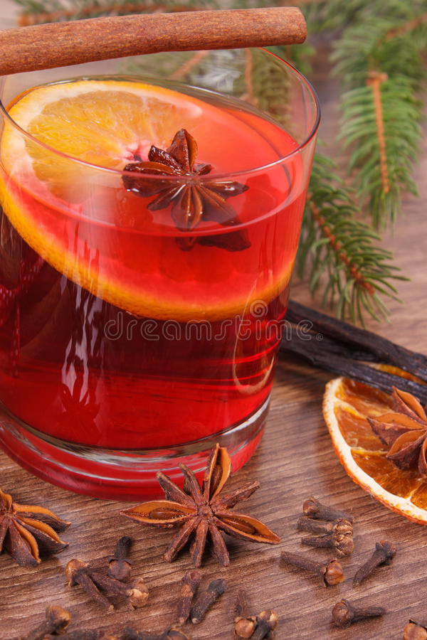 Download Θερμαμένο κρασί για το βράδυ Χριστουγέννων ή χειμώνα με τα καρυκεύματα και τους κομψούς κλάδους Στοκ Εικόνες - εικόνα από γυαλί, λοβοί: 62715494