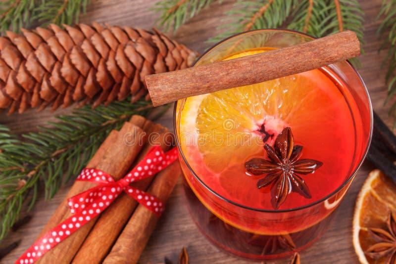 Download Θερμαμένο κρασί για το βράδυ Χριστουγέννων ή χειμώνα με τα καρυκεύματα και τους κομψούς κλάδους Στοκ Εικόνες - εικόνα από κώνος, κανέλα: 62715498
