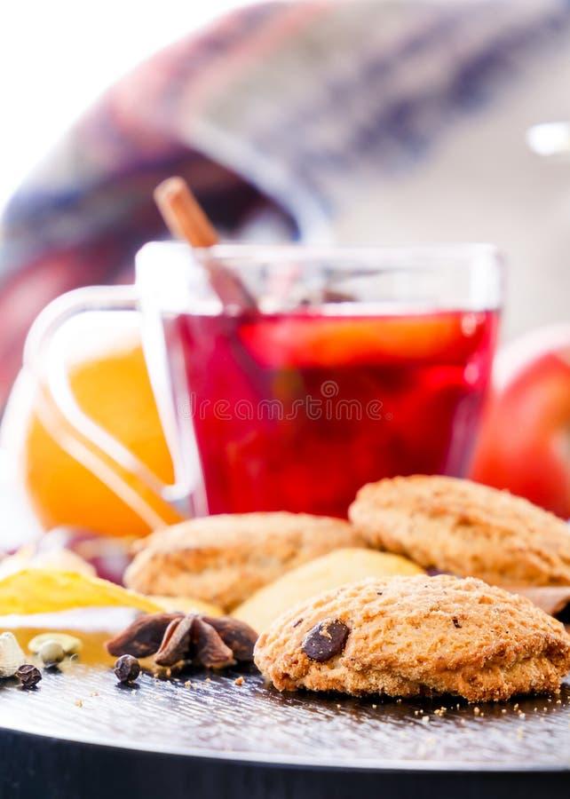 Θερμαμένο κρασί με oatmeal τα μπισκότα, τα δημητριακά, τα φρούτα και τα καρυκεύματα Τσάι φρούτων Διάτρηση, grog στοκ εικόνα