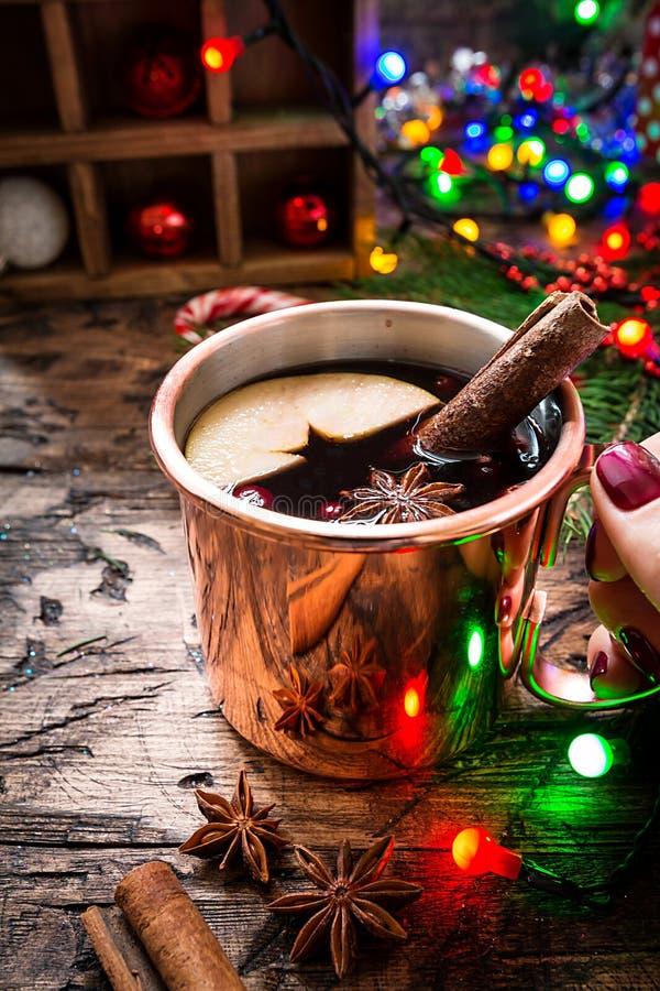 Θερμαμένο κρασί στην κούπα χαλκού στοκ εικόνες με δικαίωμα ελεύθερης χρήσης