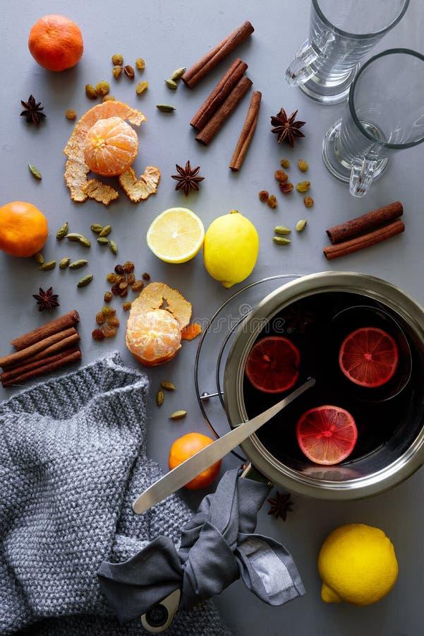 Θερμαμένο κρασί casserole αργιλίου στον γκρίζο ξύλινο πίνακα Θερμαίνοντας ποτό Χριστουγέννων ή χειμώνα στοκ φωτογραφία με δικαίωμα ελεύθερης χρήσης