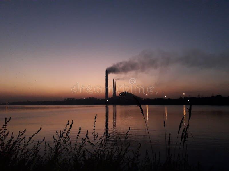 θερμικός σταθμός παραγωγής ηλεκτρικού ρεύματος kota και chambal ποταμός στοκ εικόνα