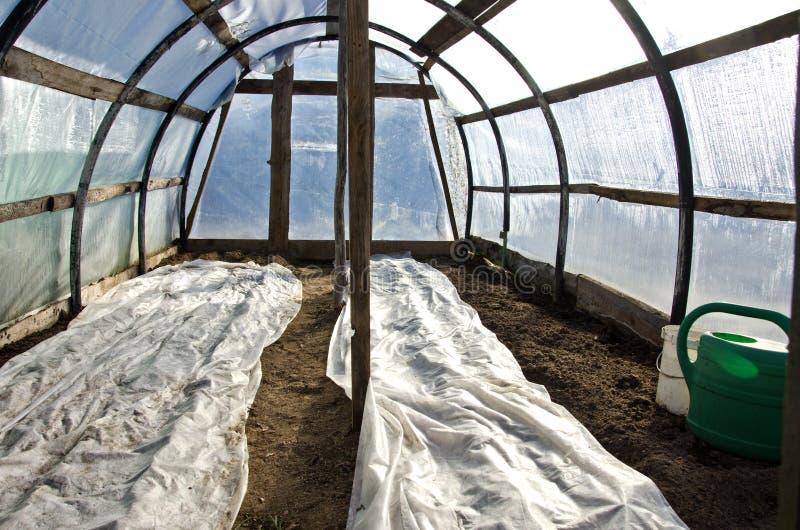 Θερμοκήπιο θερμοκηπίων την πρώιμη άνοιξη μετά από τη φυτική σπορά στοκ εικόνες