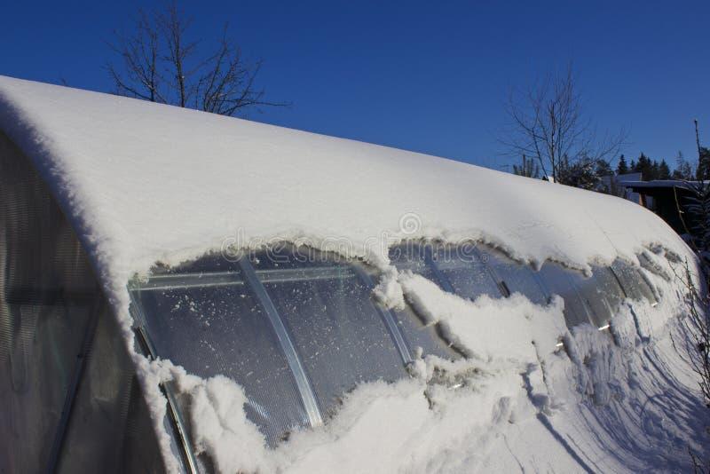 Θερμοκήπιο κάτω από το χιόνι στο χειμώνα στοκ φωτογραφίες με δικαίωμα ελεύθερης χρήσης