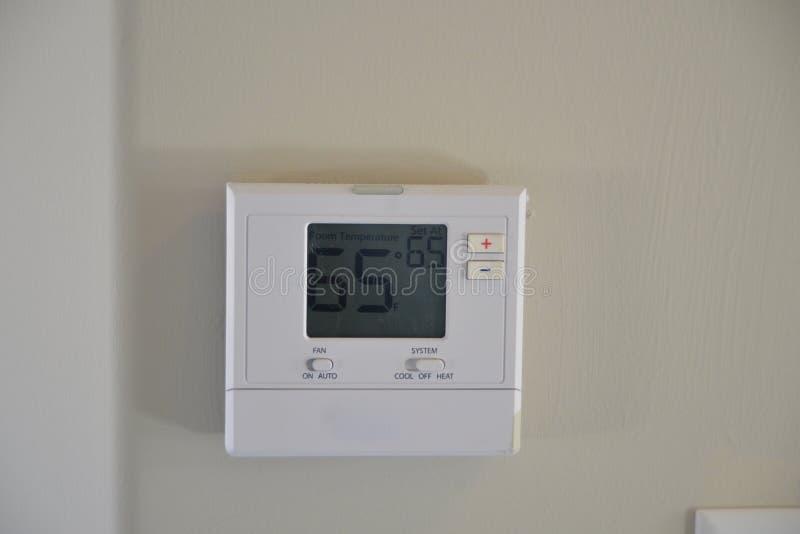 Θερμοστάτης σε ένα σπίτι στοκ εικόνες με δικαίωμα ελεύθερης χρήσης