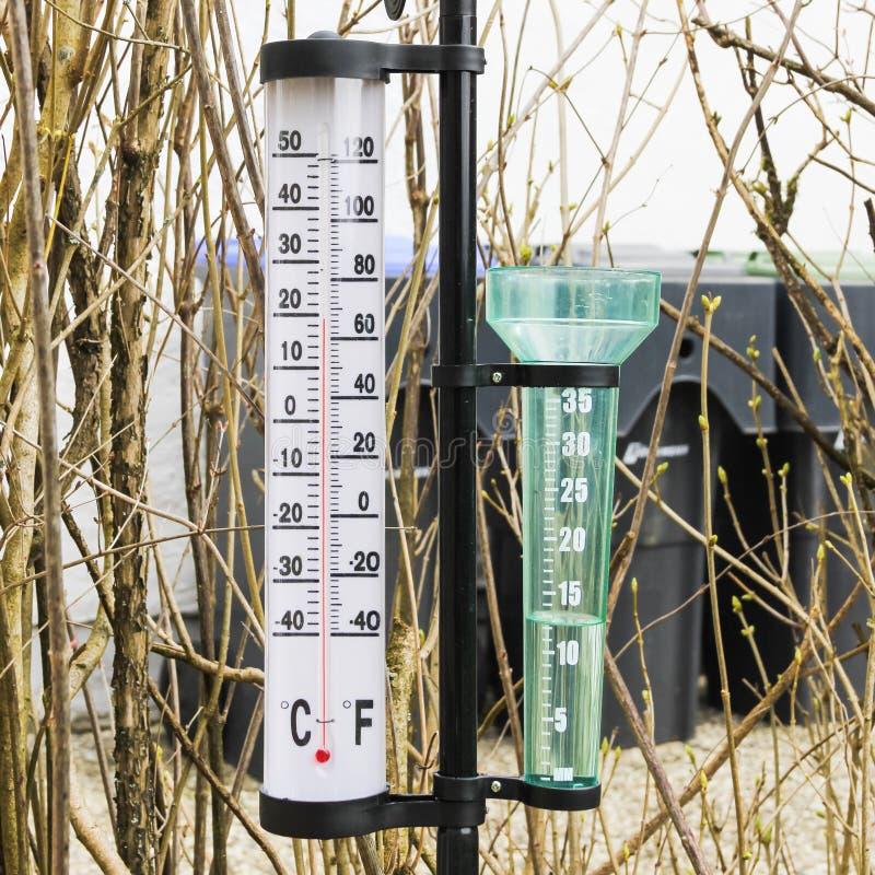 Θερμόμετρο και βροχόμετρο στοκ εικόνες