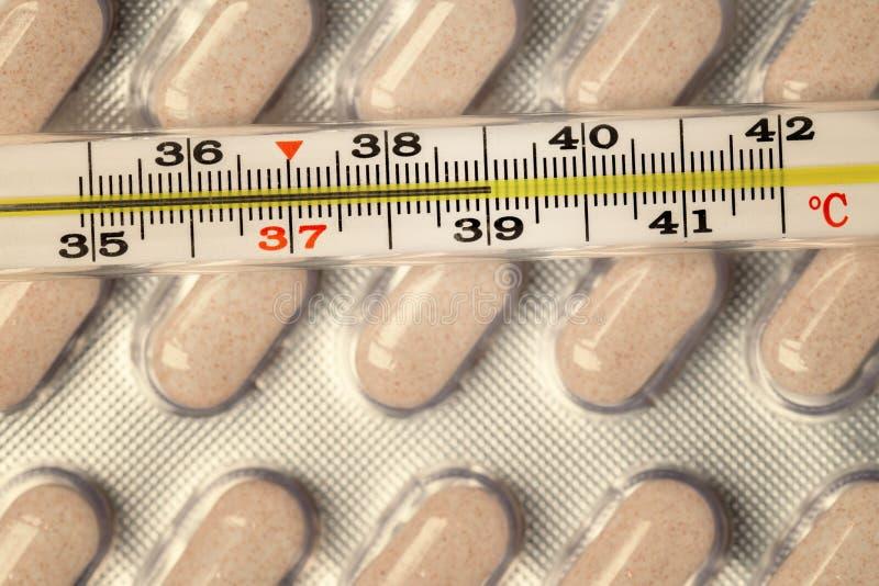 Θερμόμετρο και χάπια στοκ φωτογραφίες