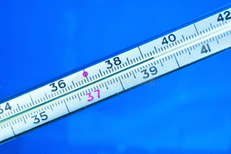 Θερμόμετρο - υψηλό σύμπτωμα θερμοκρασίας σωμάτων, ασθένεια πυρετού Οι ιοί, βακτηρίδια έχουν επιπτώσεις στο σώμα, προκαλούν την ασ στοκ φωτογραφίες