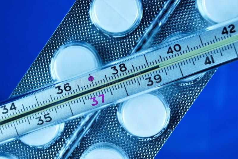 Θερμόμετρο - υψηλό σύμπτωμα θερμοκρασίας σωμάτων, ασθένεια πυρετού Οι ιοί, βακτηρίδια έχουν επιπτώσεις στο σώμα, προκαλούν την ασ στοκ φωτογραφία