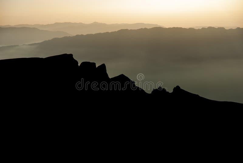 Θερμό ηλιοβασίλεμα βουνών, επάνω από τις υψηλές αιχμές στοκ φωτογραφίες
