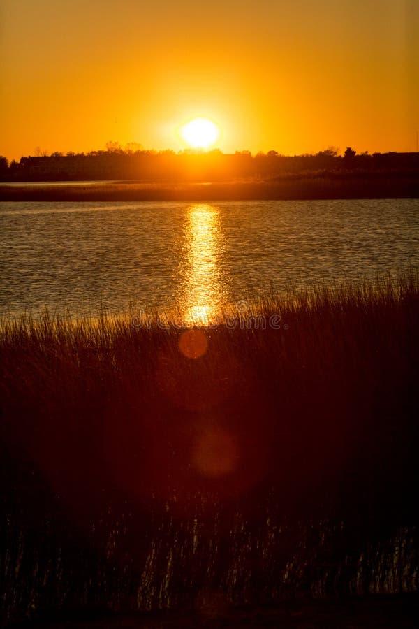 Θερμό ηλιοβασίλεμα πέρα από το έλος στο σημείο Milford, Κοννέκτικατ στοκ φωτογραφίες