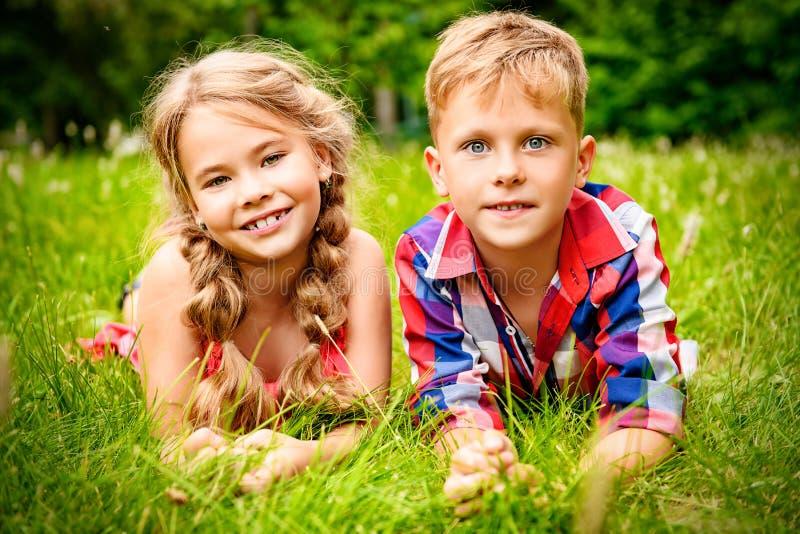 Θετικά παιδιά στη χλόη στοκ εικόνα
