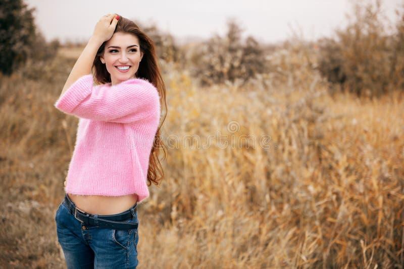 Θετική όμορφη κυρία στοκ φωτογραφίες