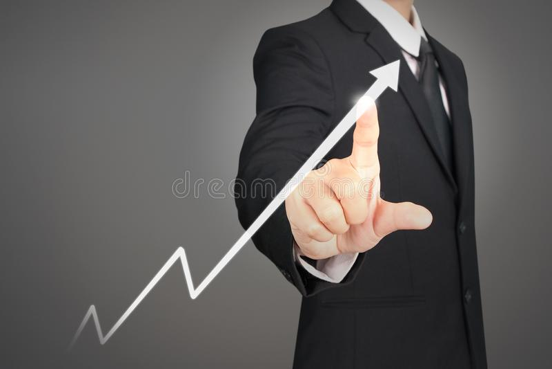 Θετικοί δείκτες διαγραμμάτων αύξησης και αύξησης γραφικών παραστάσεων σχεδίων επιχειρηματιών στην επιχείρησή του στοκ εικόνες