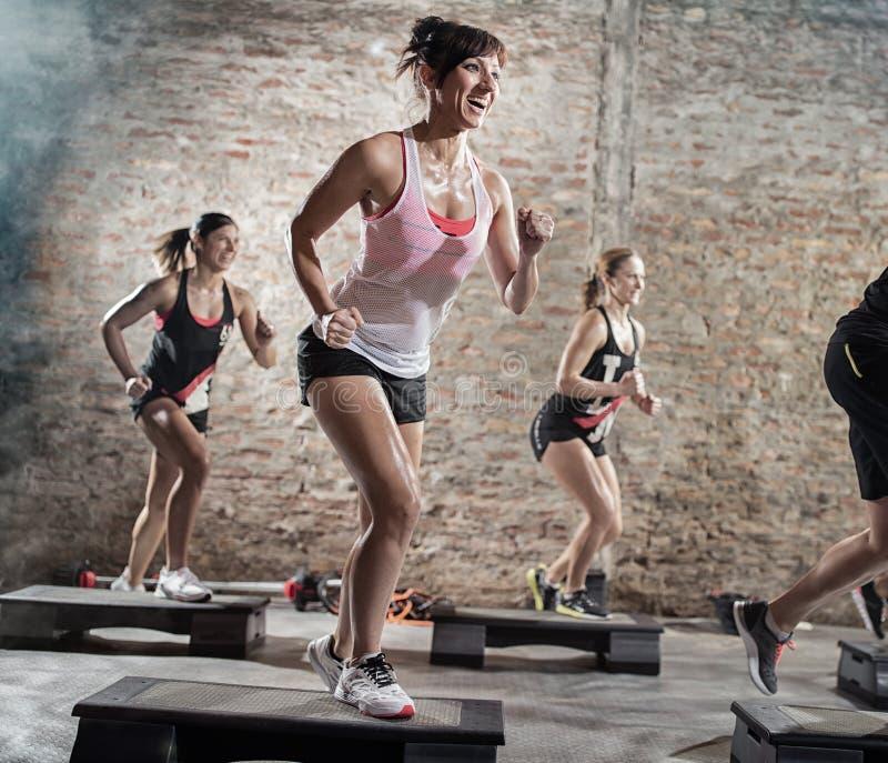 Θετικοί και εύθυμοι άνθρωποι που κάνουν την άσκηση στοκ εικόνες