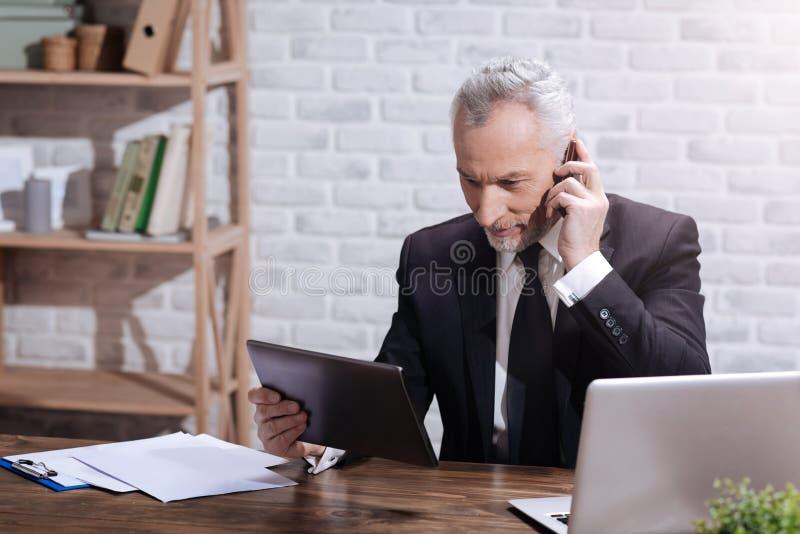 Θετικός ανώτερος υπάλληλος που κάνει ένα τηλεφώνημα στοκ φωτογραφίες με δικαίωμα ελεύθερης χρήσης