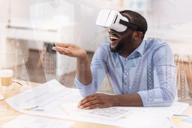 Θετικός αφροαμερικάνος με την εικονική μάσκα στο κεφάλι του στοκ φωτογραφία