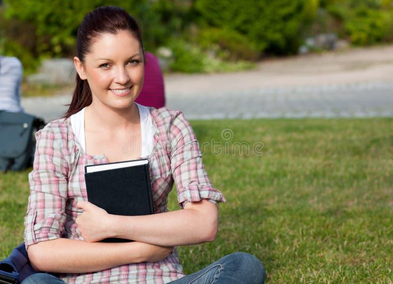 θετικός σπουδαστής πάρκ&ome στοκ εικόνες