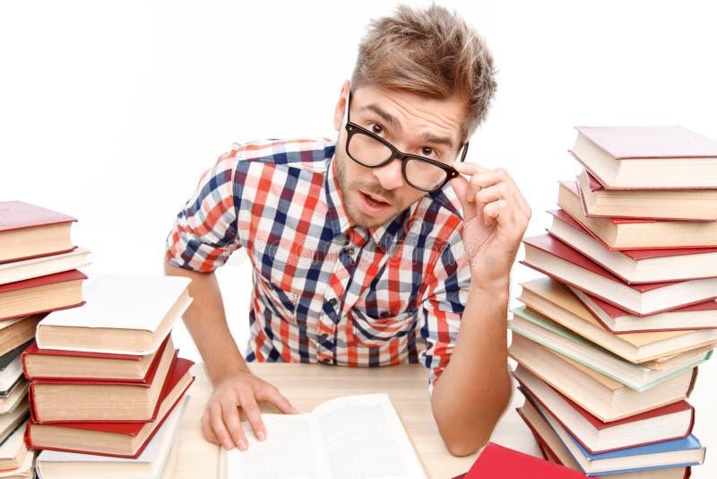 Θετικός σπουδαστής που μελετά στη βιβλιοθήκη στοκ εικόνα