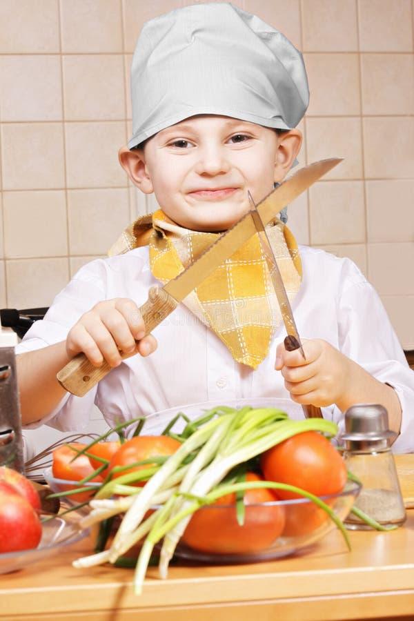 Θετικό λίγος μάγειρας με δύο μαχαίρια στοκ φωτογραφία με δικαίωμα ελεύθερης χρήσης