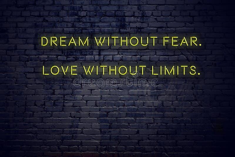 Θετικό ενθαρρυντικό απόσπασμα στο σημάδι νέου ενάντια στο όνειρο τουβλότοιχος χωρίς αγάπη φόβου χωρίς όρια στοκ φωτογραφία με δικαίωμα ελεύθερης χρήσης