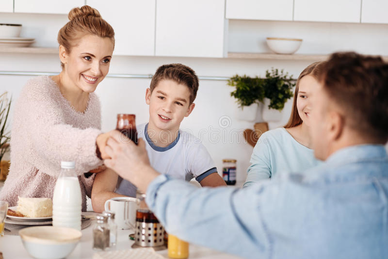 Θετικό ζεύγος που έχει το πρόγευμα με τα παιδιά τους στοκ φωτογραφία με δικαίωμα ελεύθερης χρήσης