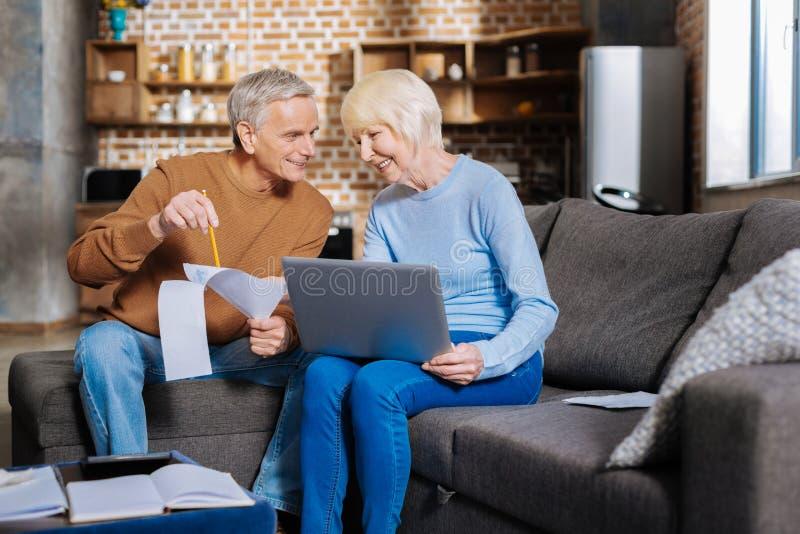 Θετικό ηλικιωμένο ζεύγος που εργάζεται από κοινού στοκ φωτογραφίες με δικαίωμα ελεύθερης χρήσης