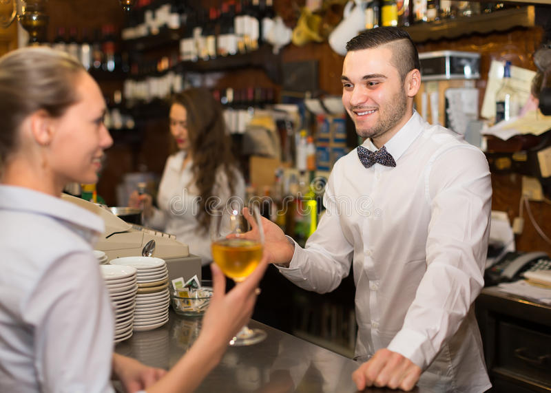 Θετικό θηλυκό να κουβεντιάσει με bartenders στοκ φωτογραφία με δικαίωμα ελεύθερης χρήσης