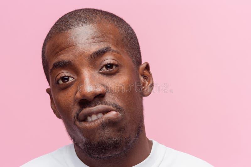 Θετικό σκεπτόμενο άτομο αφροαμερικάνων στο ρόδινο υπόβαθρο στοκ φωτογραφία με δικαίωμα ελεύθερης χρήσης