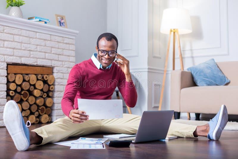 Θετικό σκληρό εργαζόμενο άτομο που κάνει μια κλήση στοκ φωτογραφία