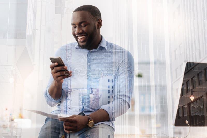 Θετικό συναρπαστικό μήνυμα ανάγνωσης αφροαμερικάνων στοκ φωτογραφίες