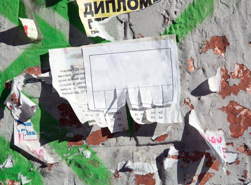 Θελήστε την αγγελία στον παλαιό τοίχο στοκ φωτογραφία