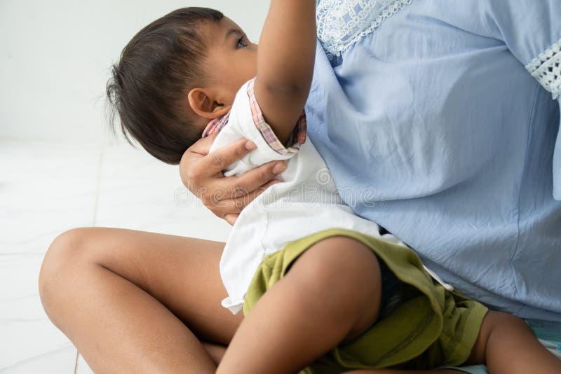 Θηλασμός για το μωρό, μαμά ταΐζει γάλα στο δωμάτιο στοκ εικόνα με δικαίωμα ελεύθερης χρήσης