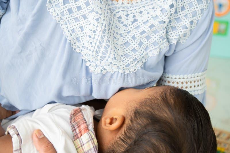Θηλασμός για το μωρό, μαμά ταΐζει γάλα στο δωμάτιο στοκ εικόνες