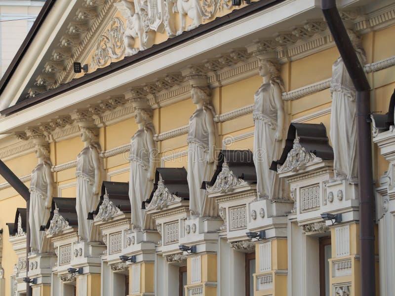 Θηλυκά αγάλματα στο ελληνικό ύφος στοκ εικόνα με δικαίωμα ελεύθερης χρήσης