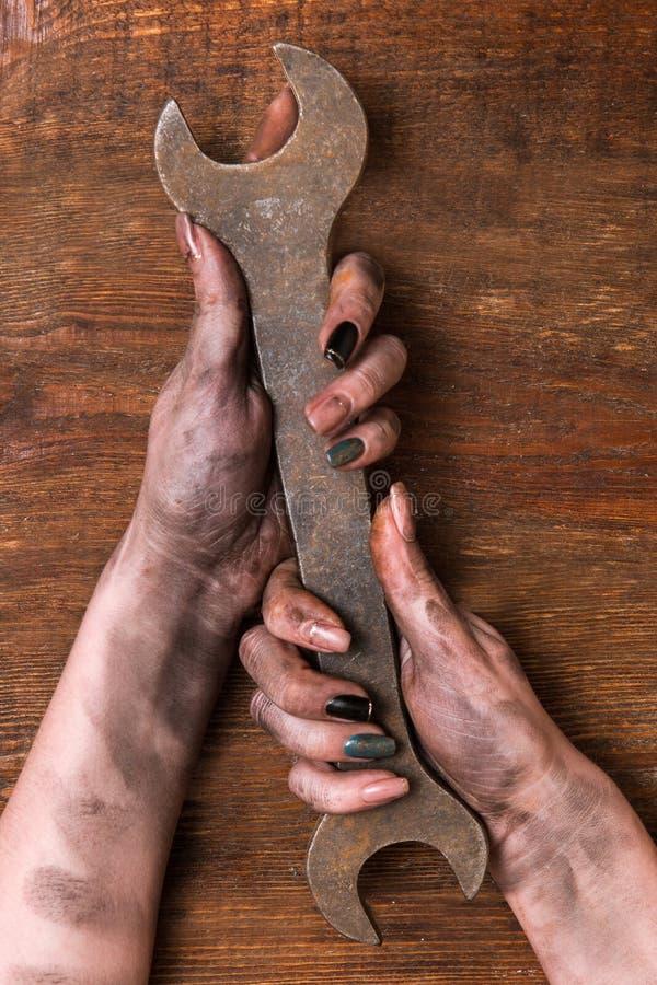 Θηλυκά βρώμικα χέρια γαλλικών κλειδιών υδραυλικών στοκ φωτογραφίες