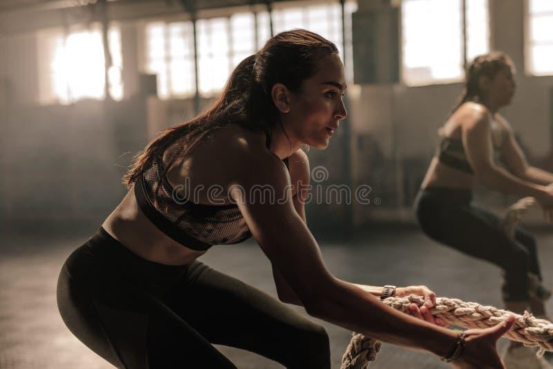 Θηλυκά ικανότητας που τραβούν το σχοινί στην κατηγορία γυμναστικής στοκ φωτογραφία με δικαίωμα ελεύθερης χρήσης