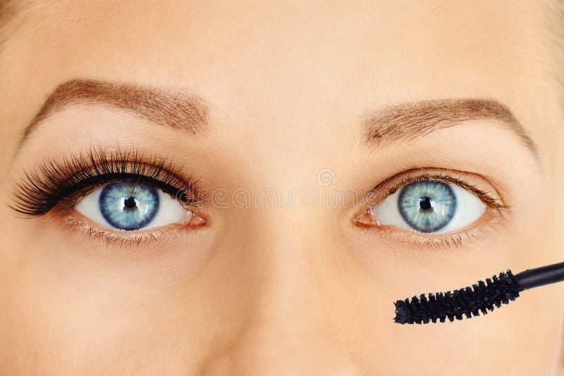 Θηλυκά μάτια με τα μακροχρόνιες eyelashes και τη βούρτσα mascara Σύνθεση και έννοια καλλυντικών στοκ φωτογραφίες