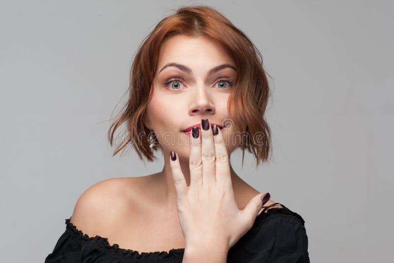 Θηλυκά μυστικά Νέα γυναίκα σύγχυσης Flirty στοκ εικόνες με δικαίωμα ελεύθερης χρήσης