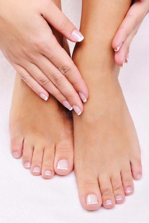 Θηλυκά πόδια με καλά-καλλωπισμένος hads σε το στοκ εικόνα με δικαίωμα ελεύθερης χρήσης