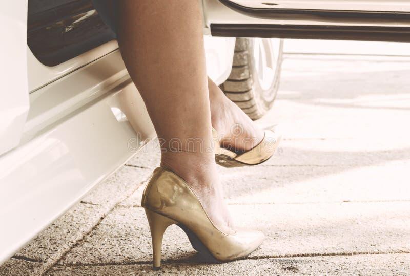 Θηλυκά πόδια στα καλσόν και υψηλά τακούνια στο αυτοκίνητο στοκ φωτογραφίες με δικαίωμα ελεύθερης χρήσης
