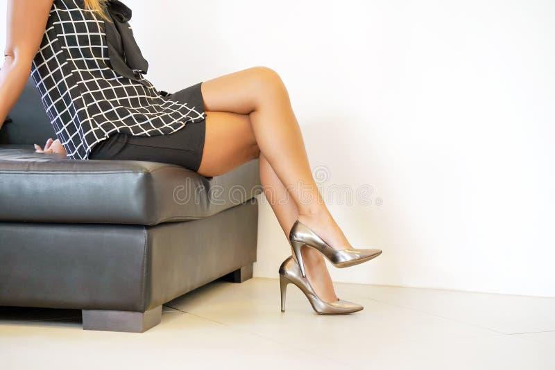 Θηλυκά πόδια στα κόκκινα παπούτσια στοκ φωτογραφία