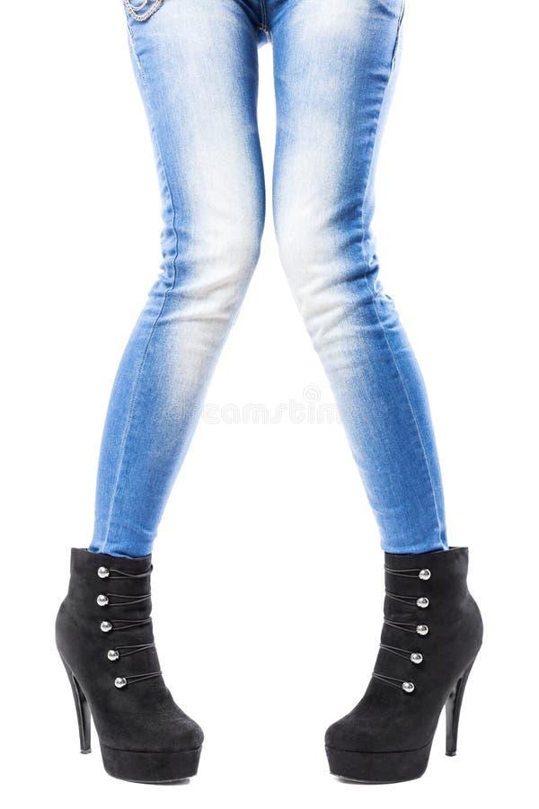 Θηλυκά πόδια στα τζιν και τα υψηλά τακούνια στοκ εικόνες
