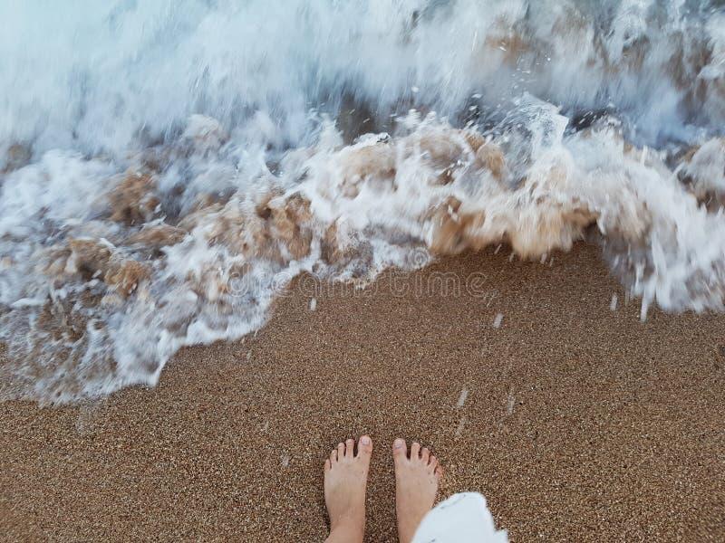 Θηλυκά πόδια στην άμμο θάλασσας στοκ εικόνες